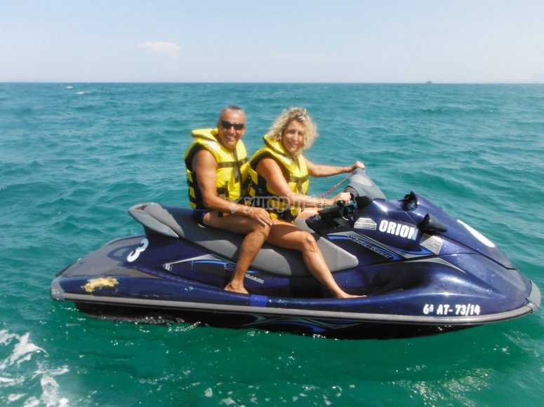 通过摩托艇了解甘迪亚海岸