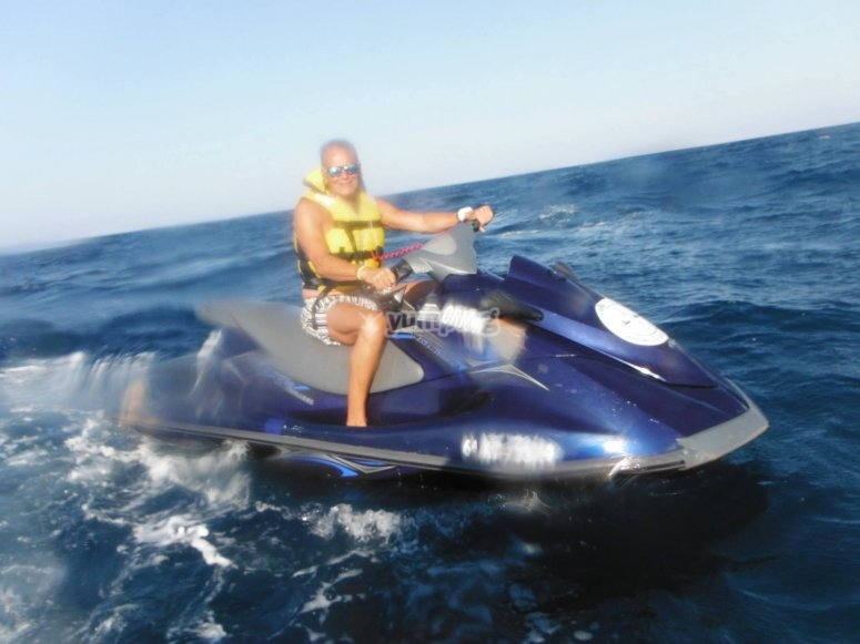 在摩托艇上