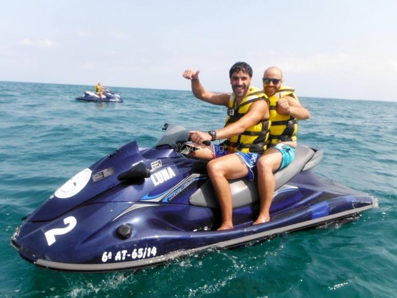 与朋友一起在摩托艇上