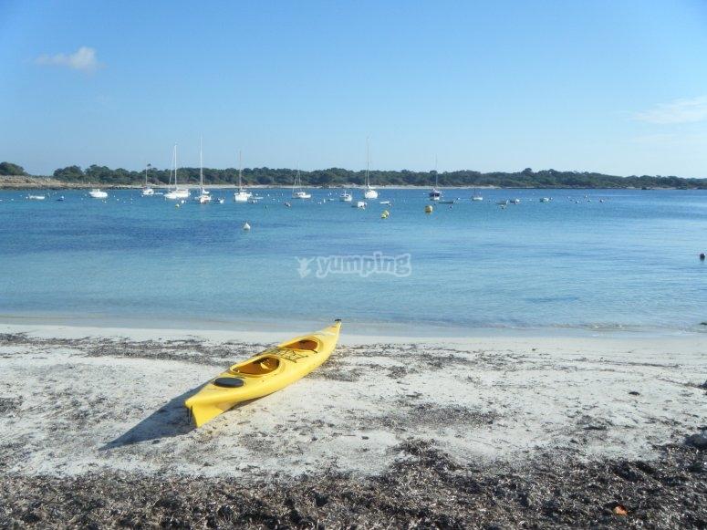 Piragua doble en la playa