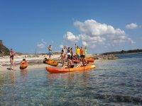 Familia divirtiéndose en ruta de kayak