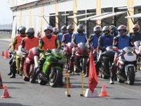 Participantes esperando en las motos