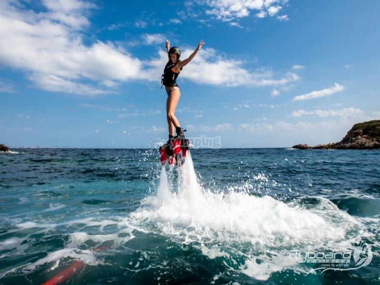 Ragazza che si alza nel flyboard sull'acqua