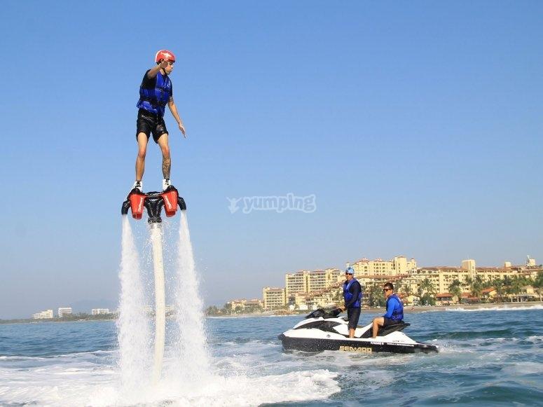 Hacer flyboard en el mar