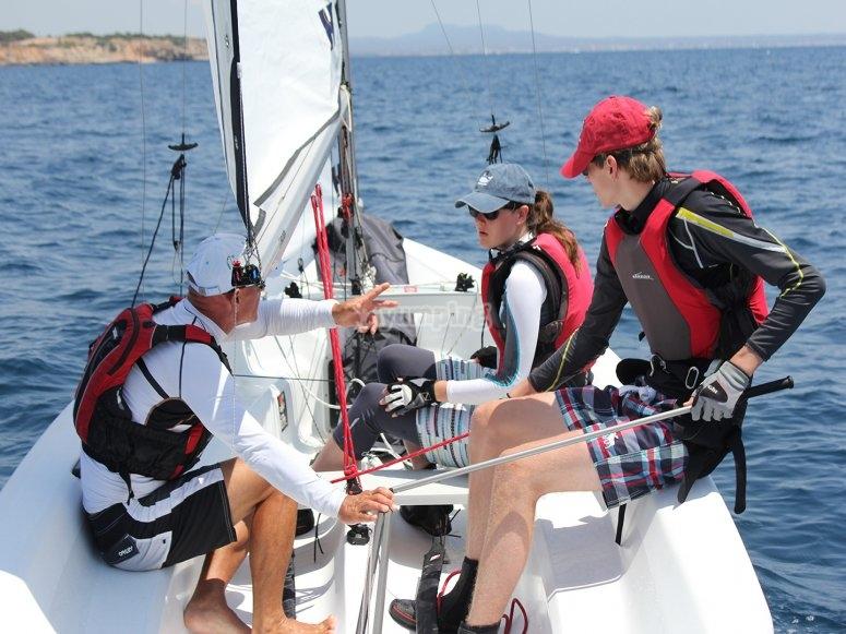 Monitor y alumnos manipulando la embarcación