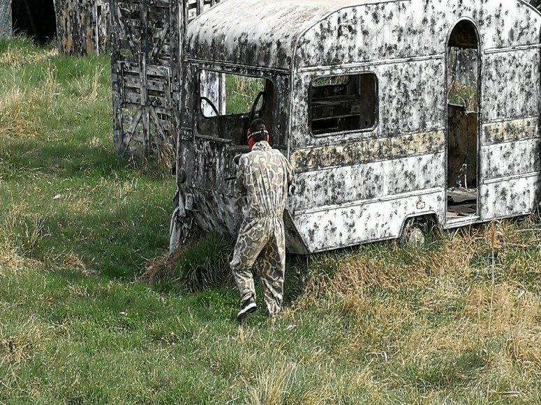 隐藏在拖车后面