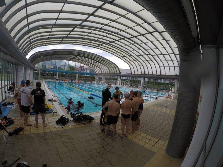 学习在游泳池里潜水
