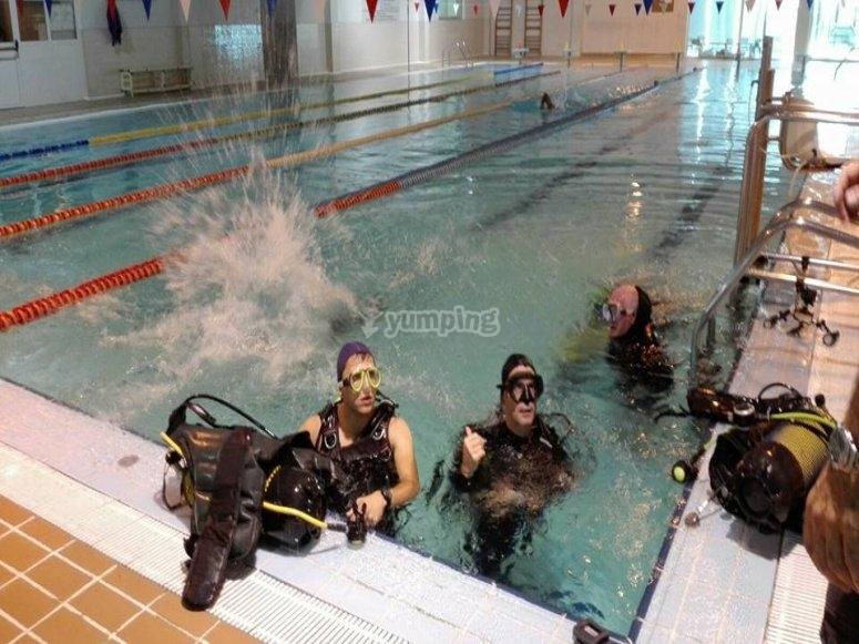 在游泳池里潜水