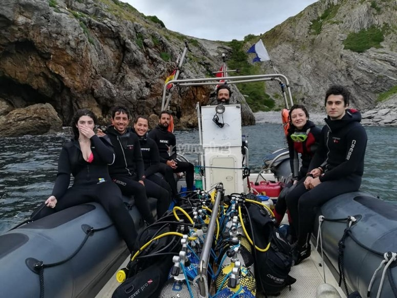 Equipo de buceo y alumnos en el mar