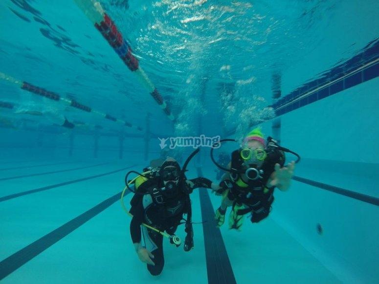 Clases prácticas en la piscina