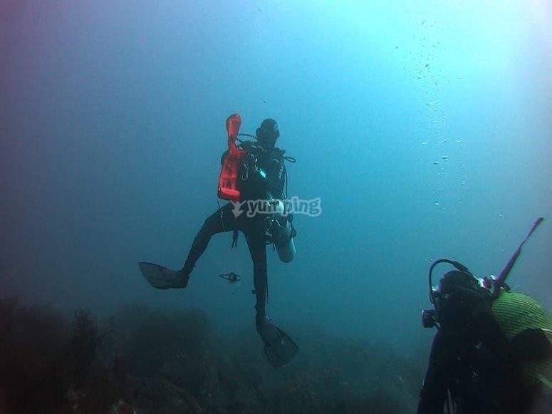 在密闭水中进行潜艇潜水