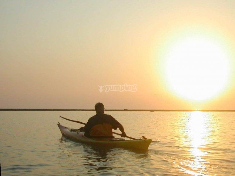 Saliendo de ruta en kayak al atardecer