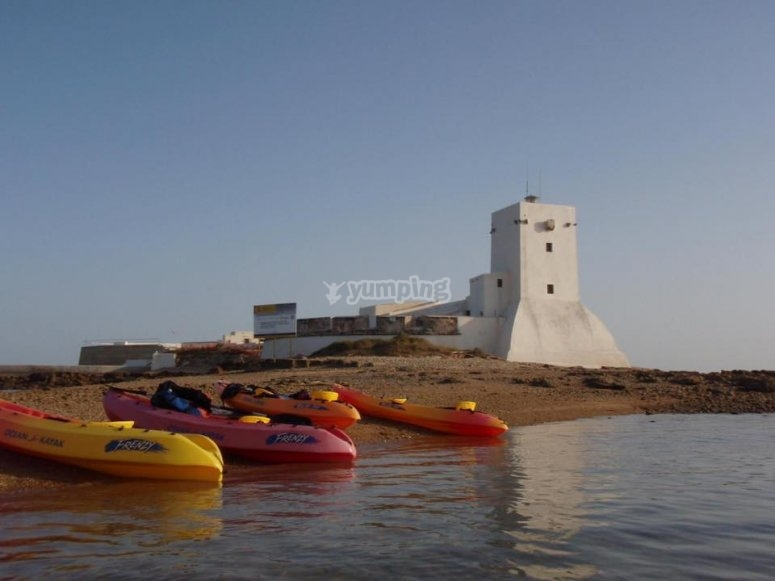 Conjunto de kayaks en la orilla
