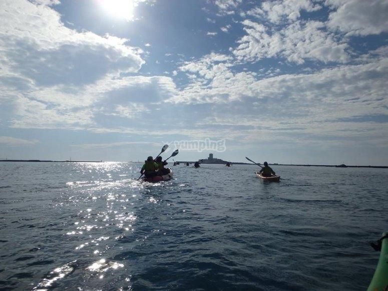 Grupo de personas practicando kayak