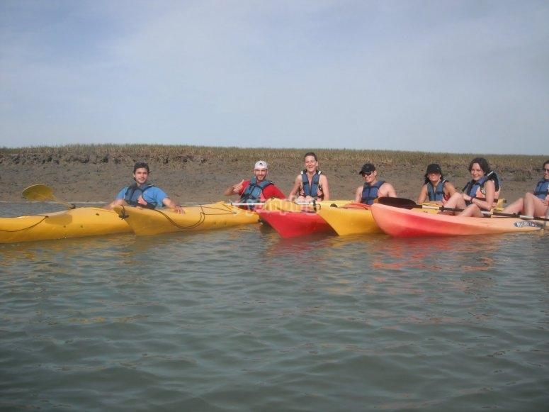 Familia y amigos en kayak