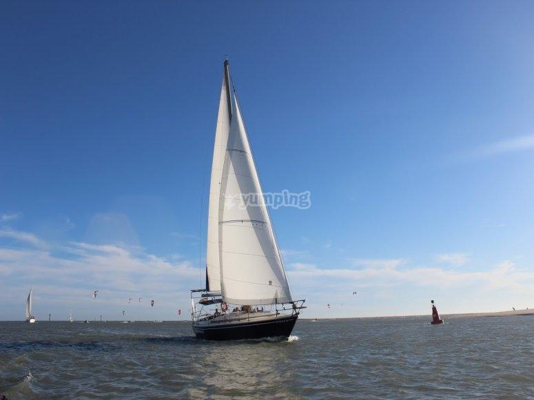 Velero navegando en Sancti Petri