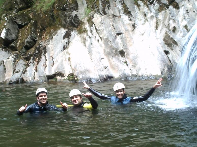 Tre amici nel pozzo d'acqua