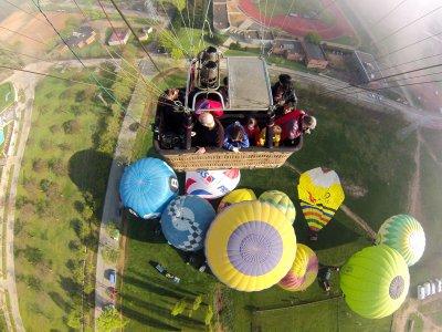 在欧洲气球节上乘坐气球