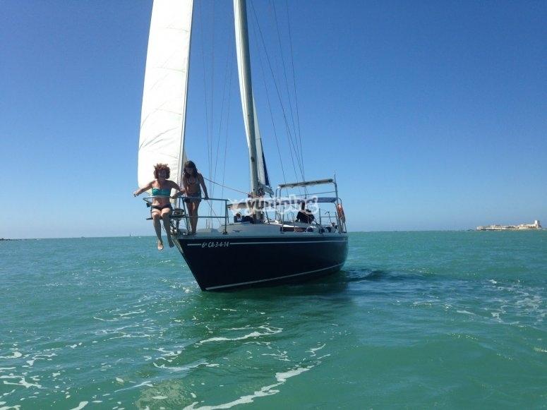 从弓帆船享受日光浴