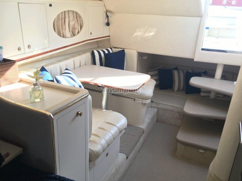 Sofá y mesa en el barco