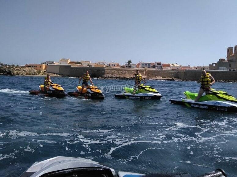 从圣波拉(Santa Pola)乘摩托艇游览