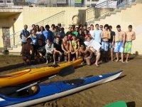 grupo de jovenes en la playa