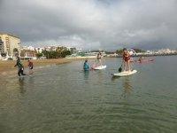 ninos practicando paddle surf