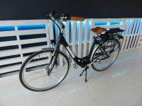 Bici eléctrica negra alquiler