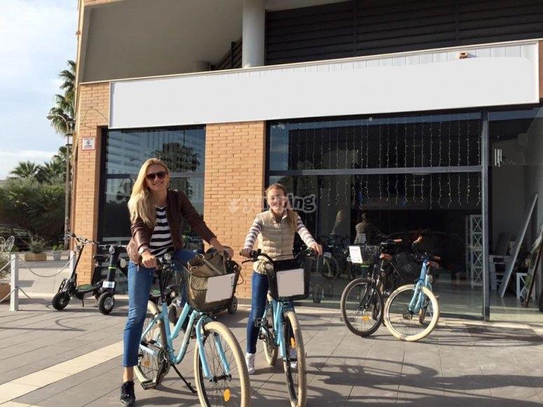 Dos chicas montando en nuestras bicis