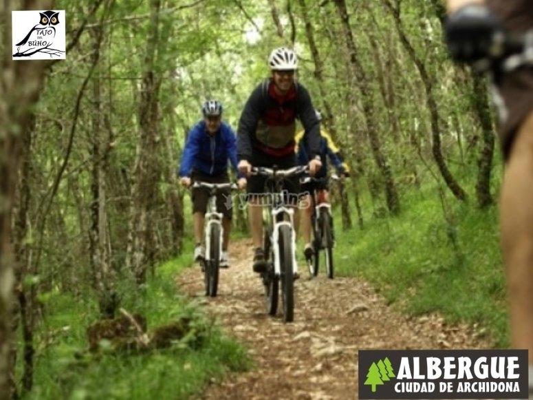 Haciendo la ruta en mountain bike