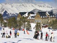 Esquiadores frente a la fachada del hotel