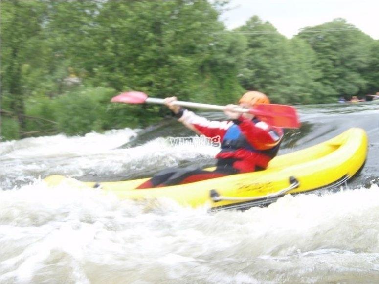 Descenso de río en aguas bravas con kayak