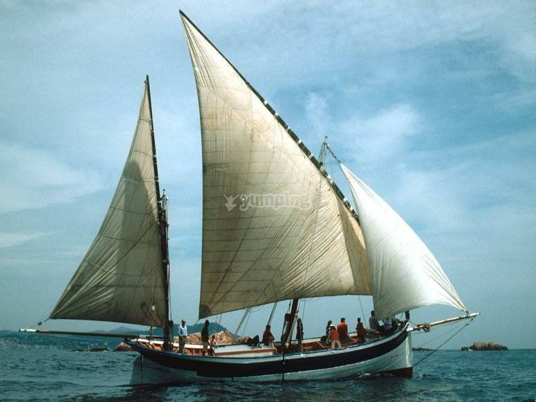 Lateen sailing boat