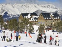 Skiers in front of the hotel facade