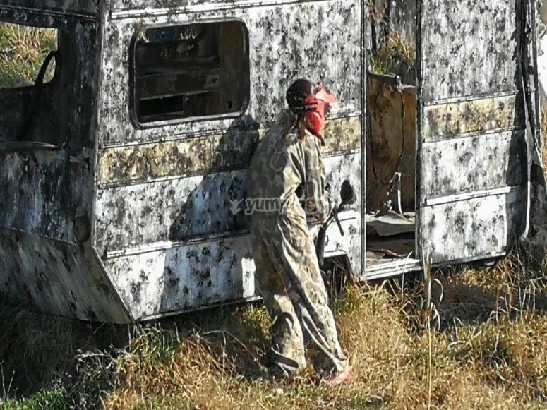 Protegiéndose tras la caravana