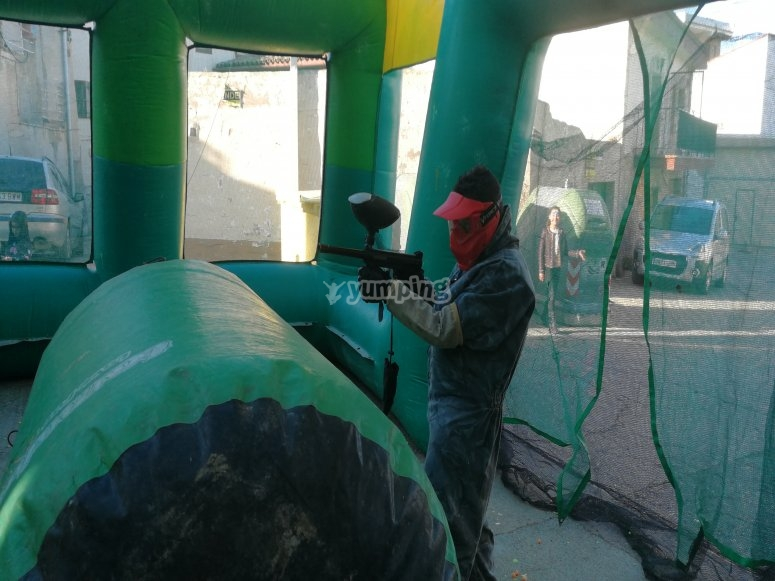 Juegar a Paintball en pista inchable