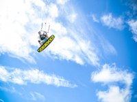 chico volando mientras practica kitesurf