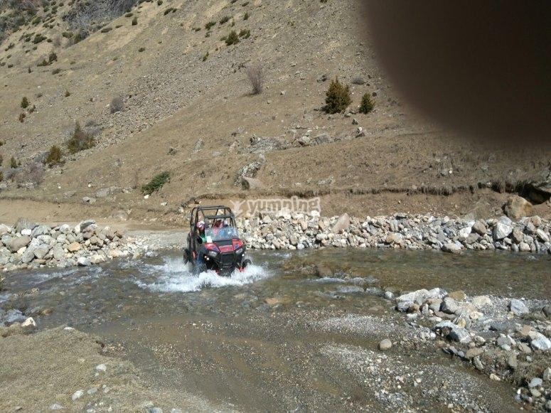 Atravesando un riachuelo en buggy
