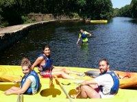 Subidos a kayaks amarillos
