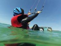 Práctica de kite en el agua en Tarifa