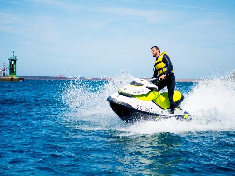 Moto de agua en la Costa Verde