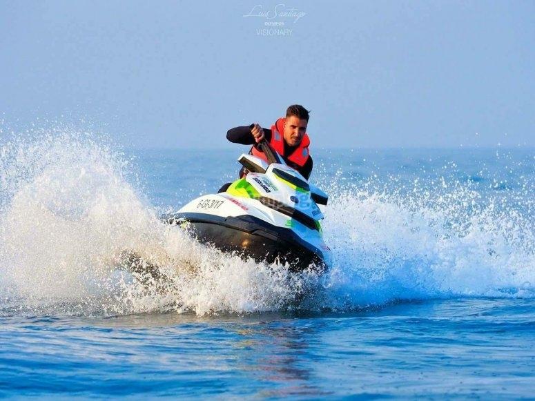Conduciendo moto de agua mar Cantábrico