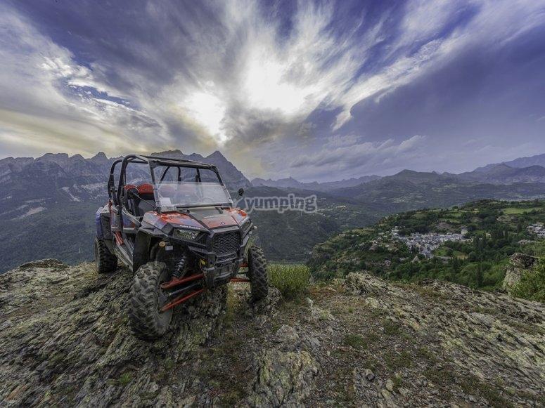 Buggy sobre roca en Pirineos
