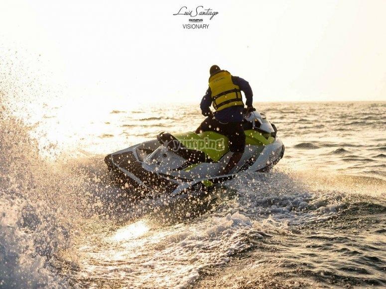 Giros con moto de agua