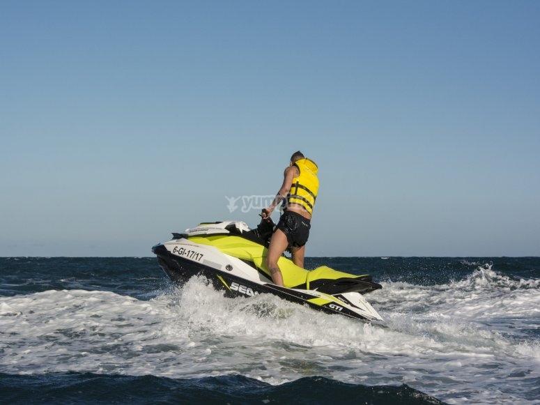 Saltando sobre ola en mar Cantábrico