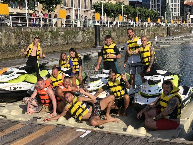Grupo de amigos excursión moto de agua