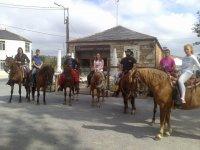 A caballo frente a la taberna