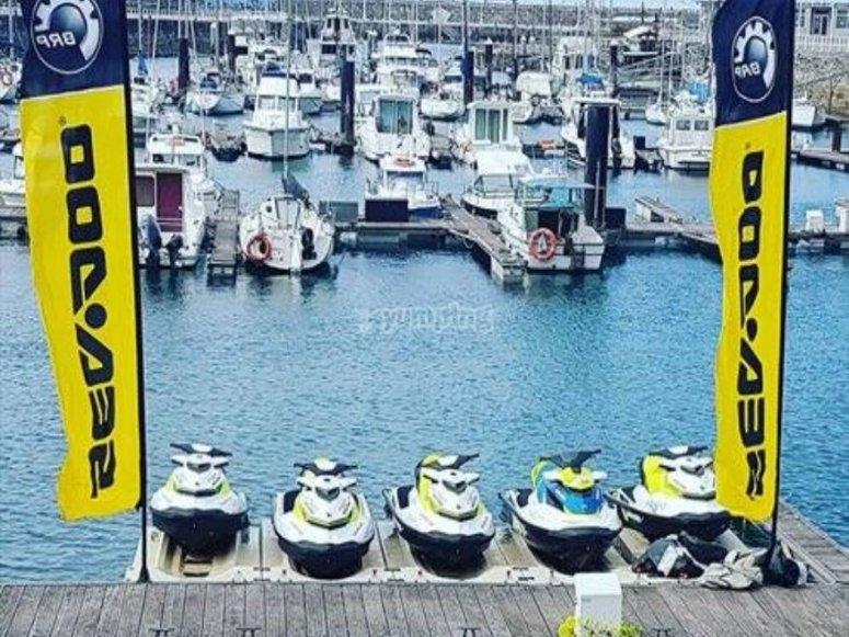 Moto d'acqua nel porto