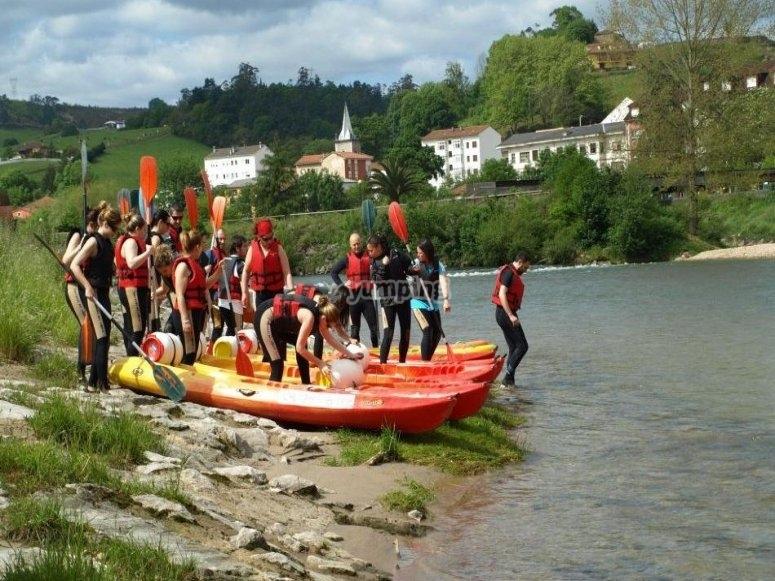 Sulla riva del Sella con i kayak