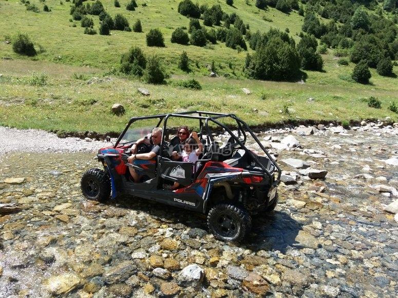 Cruzando riachuelo en buggy Pirineos